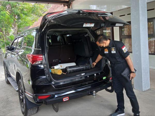 Wakil Rakyat Karanganyar Ini Pakai Mobil Dinasnya Untuk Bantu Warga Cari Oksigen